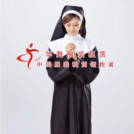 """在一些地区的修道院里,有很多的修女,在外国是很常见的,她们有爱心,有甜蜜的微笑,收到当地人的爱戴,在万圣节这天打扮成修女的样子,让你的朋友来看看不一样的你吧!如果你需要修女的服装,欢迎来华舞服装租赁公司租赁你需要的万圣节服装。    修女是天主教中离家进修会的女教徒,通常须发三愿(即""""绝财""""、""""绝色""""、""""绝意""""),从事祈祷和协助神甫进行传教。在中国,修女有时被称为""""姆姆""""。德兰修女是被人熟知的修女中一员,是"""